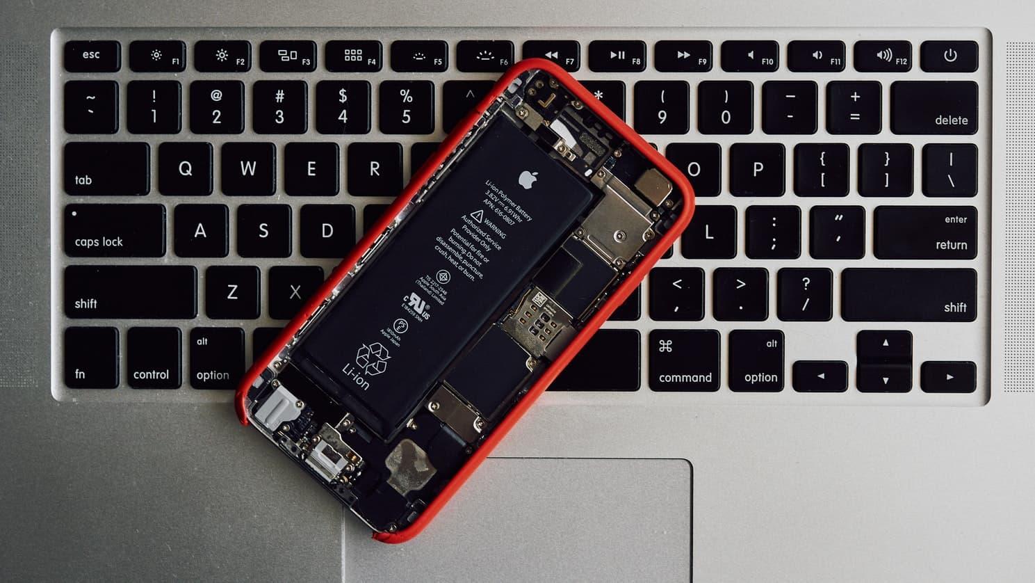 Peligros de una batería de móvil hinchada